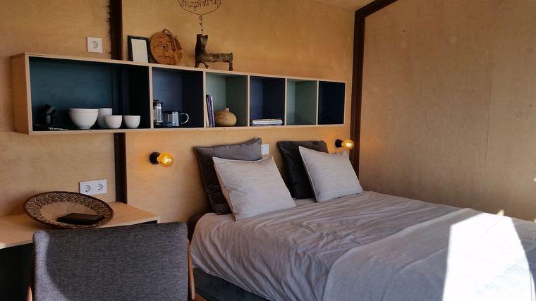 Schlafbereich und Regale eines Tiny Houses Choupana in Portugal.