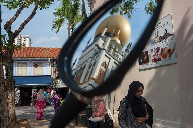 Die Moschee im Rückspiegel, geht es auf dem Motorroller durch die Stadt.