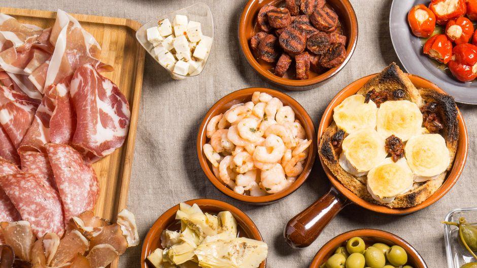 Tapas sind zum Teilen da: Lass dir die spanischen Köstlichkeiten in Alcúdia schmecken.