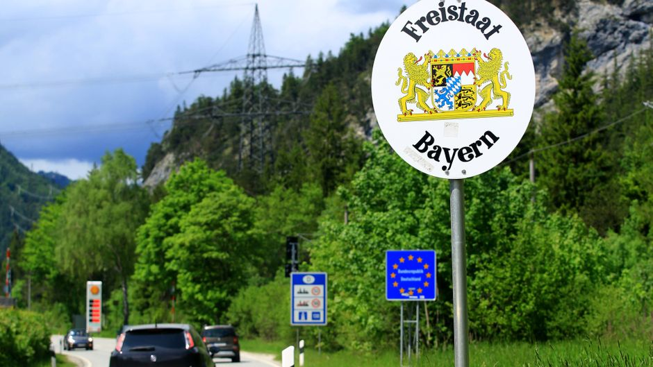 """Schild """"Freistaat Bayern"""" an der Grenze zwischen Deutschland und Österreich auf der Bundesstrasse 2."""