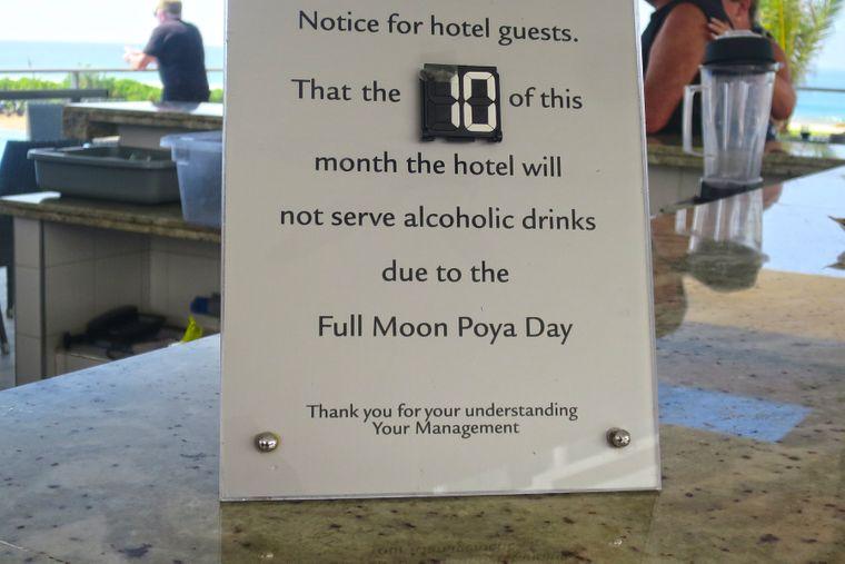 Hinweis eines Hotels in Sri Lanka über das Vollmondfest.