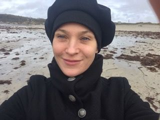 Jeanette Hain am Meer in Irland.