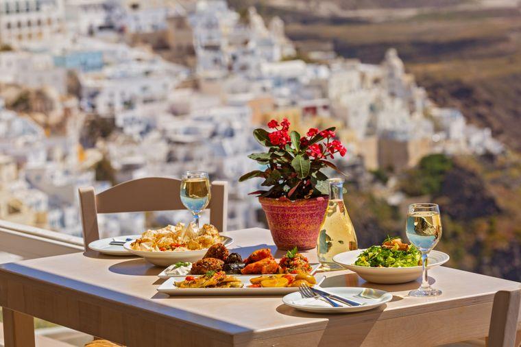 Auf Santorini kannst du den wunderschönen Ausblick besonders gut bei einem romantischen Dinner genießen.