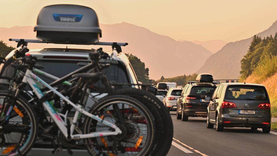 Ab in den Urlaub auf der Autobahn A8 München Salzburg in Richtung Landesgrenze.
