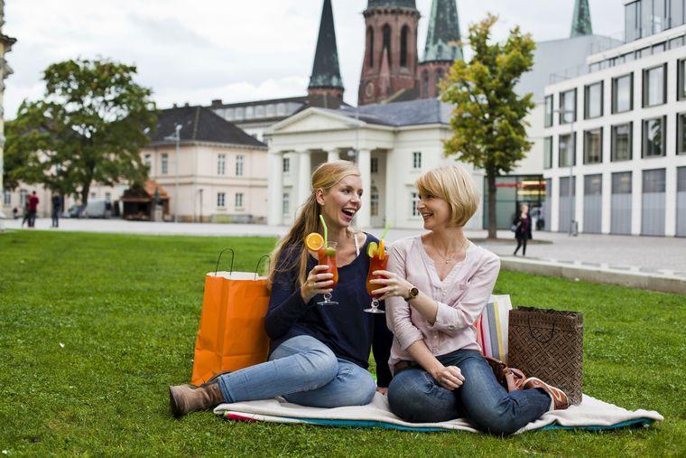 Zwei Freundinnen machen eine Cocktail-Pause während eines Einkaufsbummels durch Oldenburg.