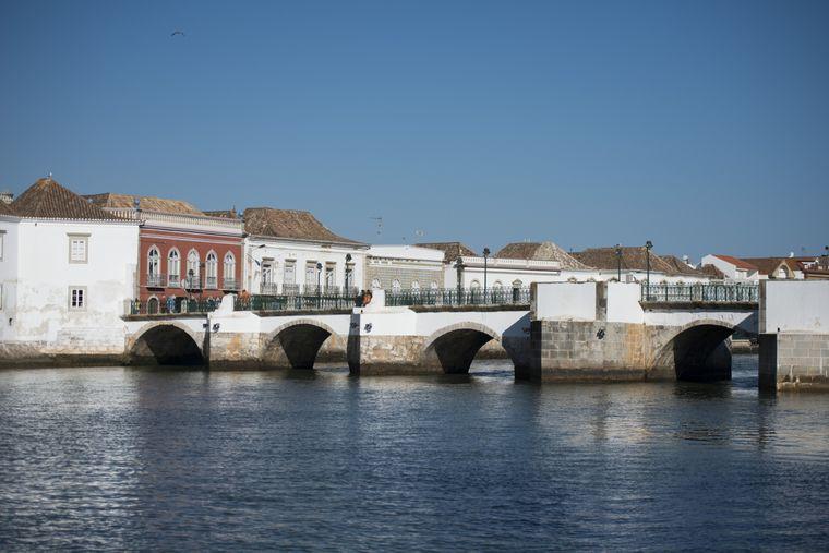 Der kleine Badeort Tavira im Osten der Algarve erinnert mit den weißen Häusern an die griechische Insel Santorini.