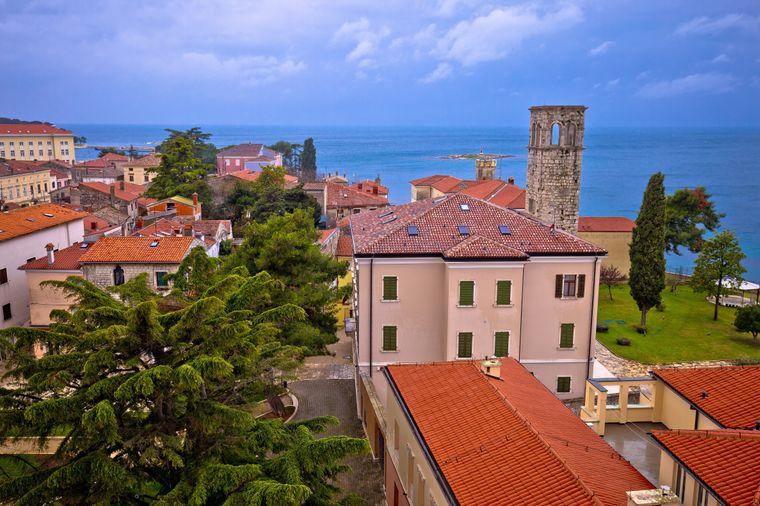 Blick über die Dächer von Porec in Istrien in Kroatien.