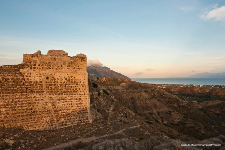 An den Südhängen des Dikéos-Massivs thront die Festung Andimachia.