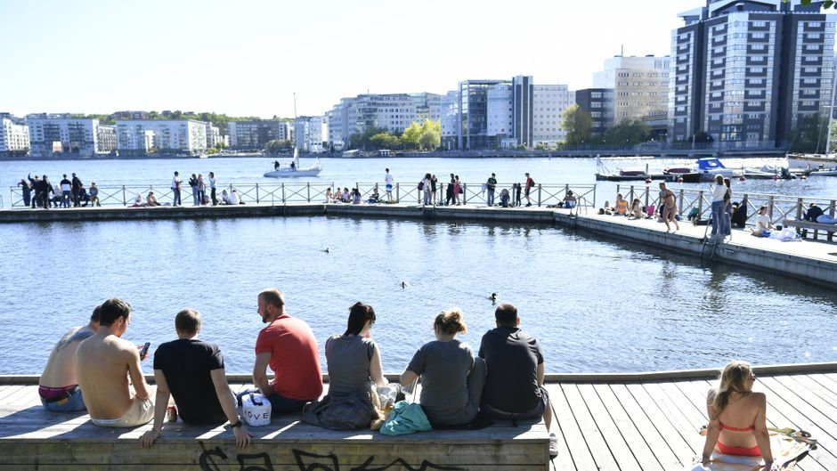 Menschen genießen die Sonne in Stockholm – Schweden setzt statt Lockdown auf Freiwilligkeit der Einwohner.