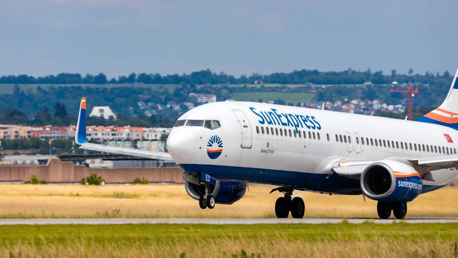 Ein Flugzeug von SunExpress startet – der Flugbetrieb wird eingestellt.