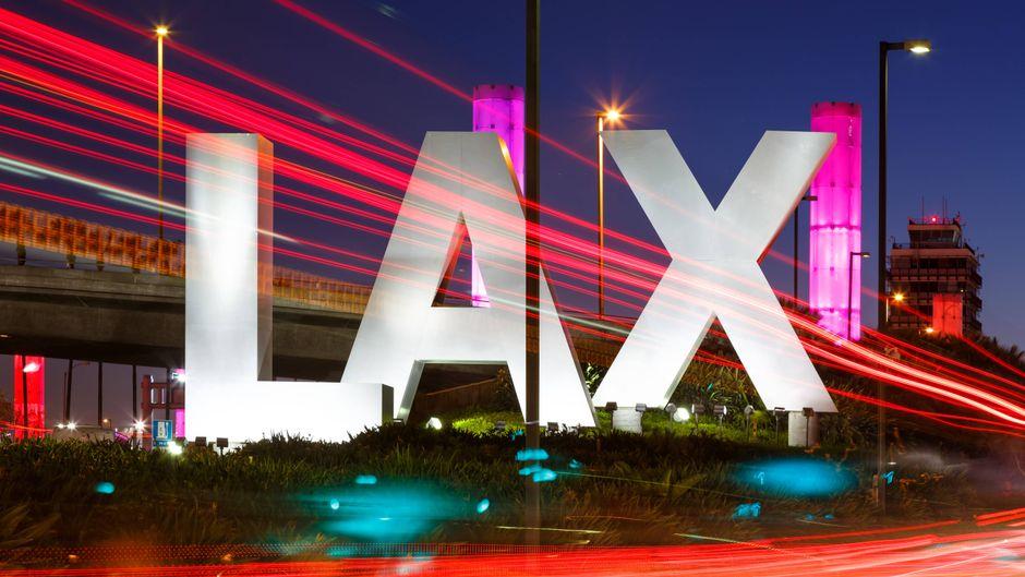 Das berühmte LAX-Sign am Flughafen in Los Angeles, USA.