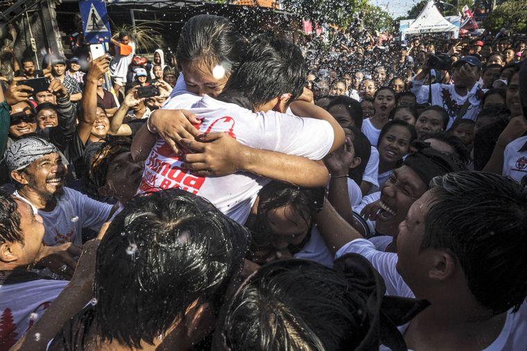 Im Anschluss an den Tag der Stille feiern die Balinesen beim Omed-Omedan mit viel Körperkontakt und Wasser.
