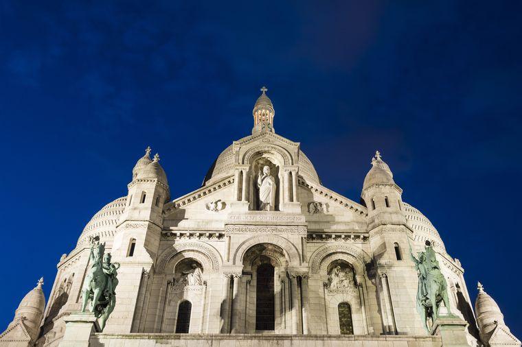Die Steine des Sacré-Coeur in Montmartre leuchten besonders weiß.
