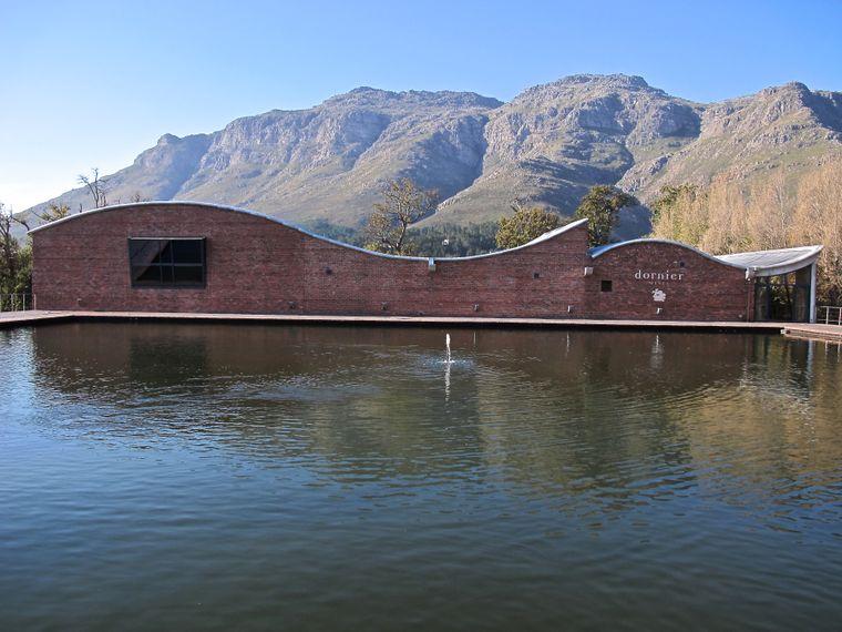 Wenn futuristische Architektur auf die wilde Natur Südafrikas trifft: Dieser Anblick offenbart sich Besuchern auf dem Weingut Dornier.