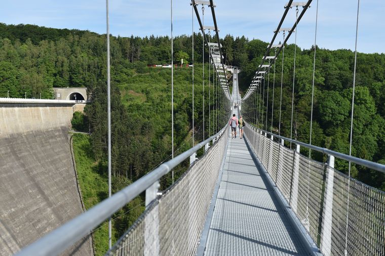 Die Hängeseilbrücke über dem Rappbodetal im Harz.