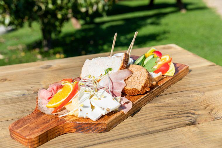 Auf dem Landgoed Wellenseind in Lage Mierde lohnt sich nicht nur ein Spaziergang in den ausgedehnten Gärten. Bei einem Stopp während der Radtour solltest du auch die angeschlossene Gastronomie besuchen und dich stärken.