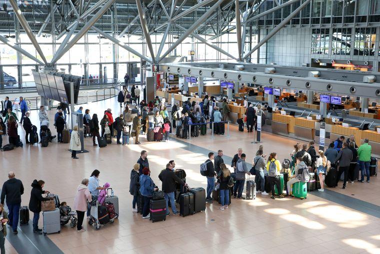 Reisende starten am Hamburger Flughafen in den Urlaub (Archivbild).