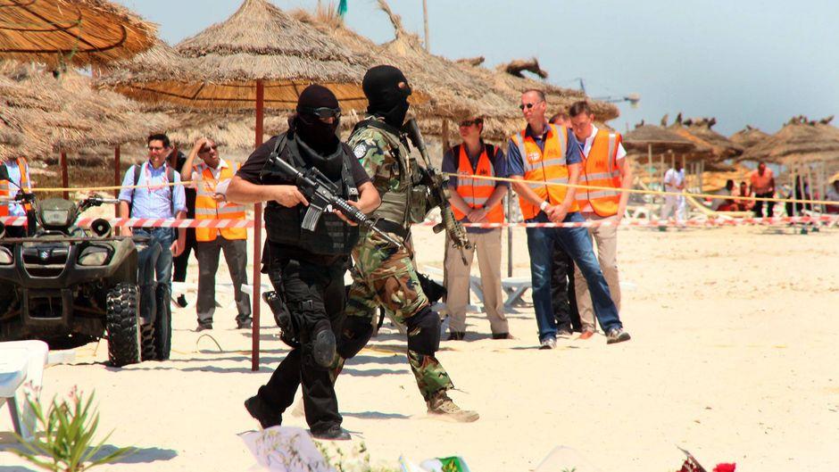 Wenige Tage nach der Terrorattacke im Riu Imperial Marhaba Hotel am 26. Juni 2015 bewachten maskierte Soldaten den Strand in Sousse, Tunesien.