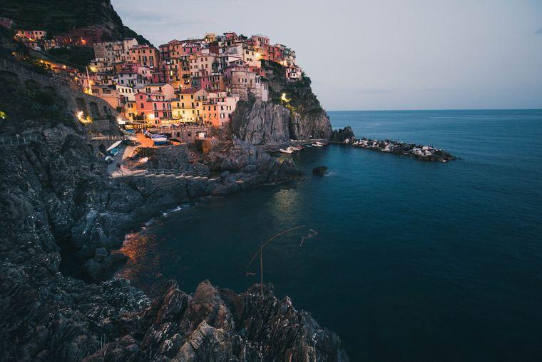 Ein Dorf in der Cinque Terre zur Abenddämmerung.