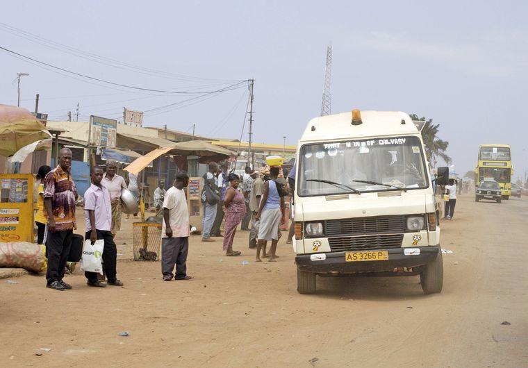 Das günstigste Verkehrsmittel in Ghana ist ein Trotro – einfach an einer der Sammelhaltestellen warten und dann einsteigen.