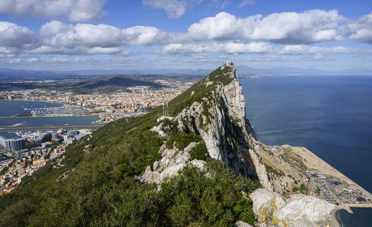 Blick auf die Küste von Gibraltar mit der spitzen Felsformation im Vordergrund.