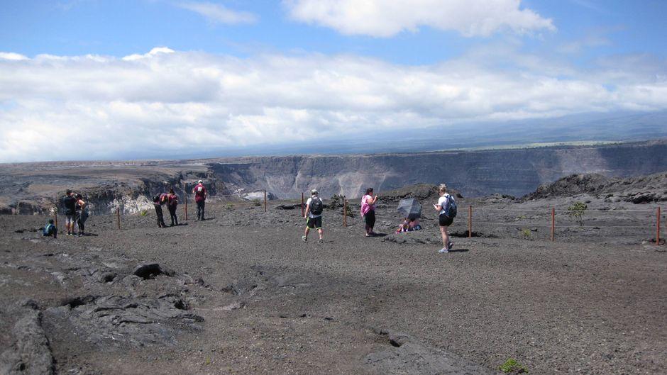 Besucher im Hawaii-Volcanoes-Nationalpark im US-Bundesstaat Hawaii am Tag der Wiedereröffnung.