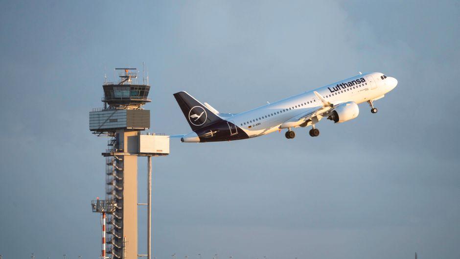 Die Lufthansa streicht wegen des Coronavirus etliche Flugzeuge aus dem Flugplan. (Symbolbild)
