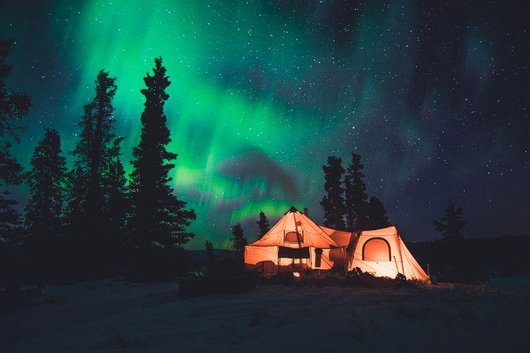 Für diesen Anblick der Polarlichter lohnt sich die kalte Nacht in der Wildnis.