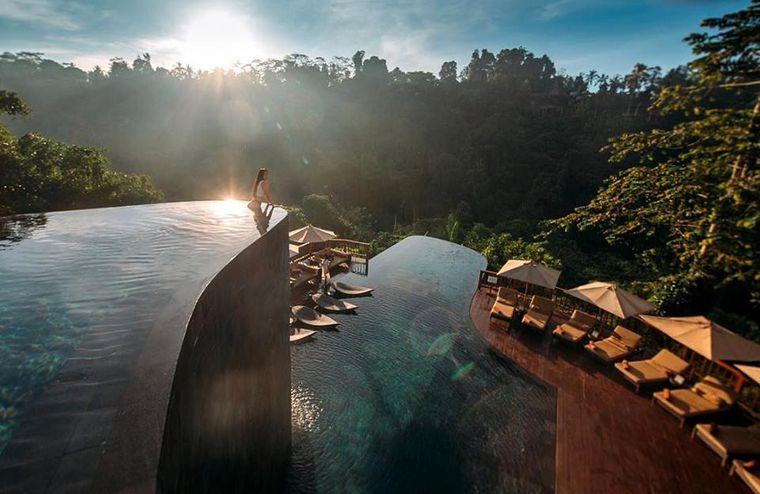Tief im Regenwaldreservat von Ubud hängen die Infinity-Pools aus Granit über dem Dschungel.