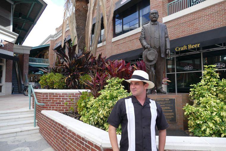Stadtführer vor Stadtgünder: Max Herman vor der Statue von Vicente Martinez Ybor.