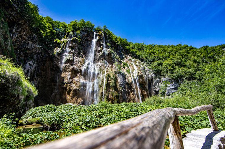 Der wunderschöne Nationalpark Plitvicer Seen mit seinen zahlreichen Wasserfällen.
