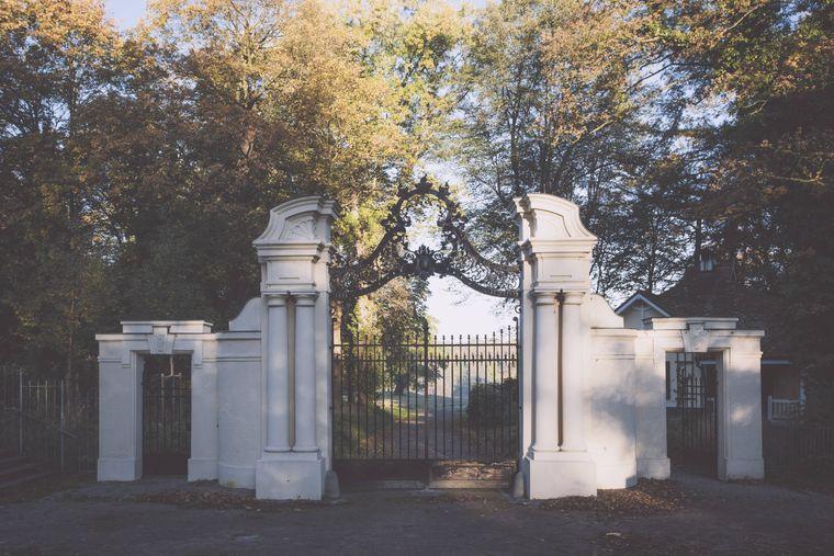 Der Eingang zum Jenischpark in Hamburg.