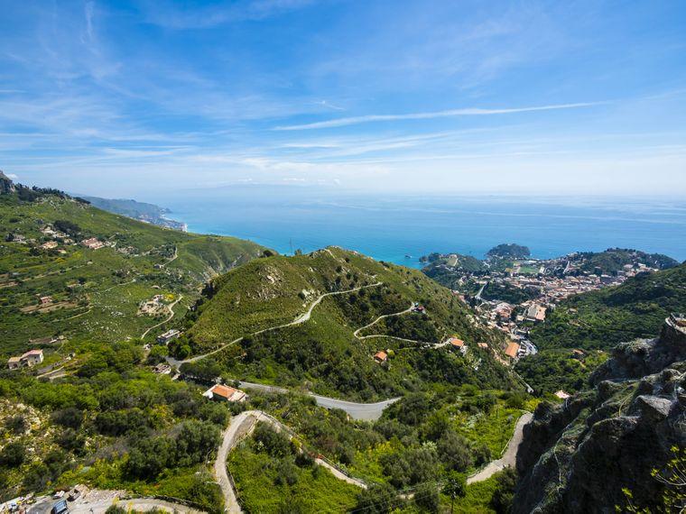 Blick über die Berge bei Castelmola auf Sizilien (Italien)