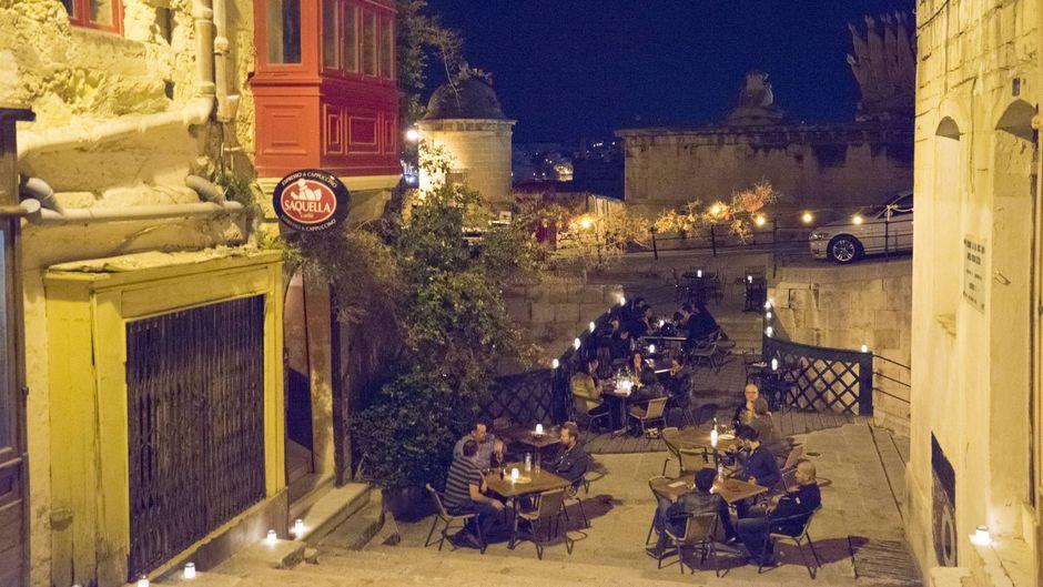 Restaurant-Terrasse in der Saint Ursula Street bei Nacht – die Bridge Bar ist einer unserer Lieblingsorte.