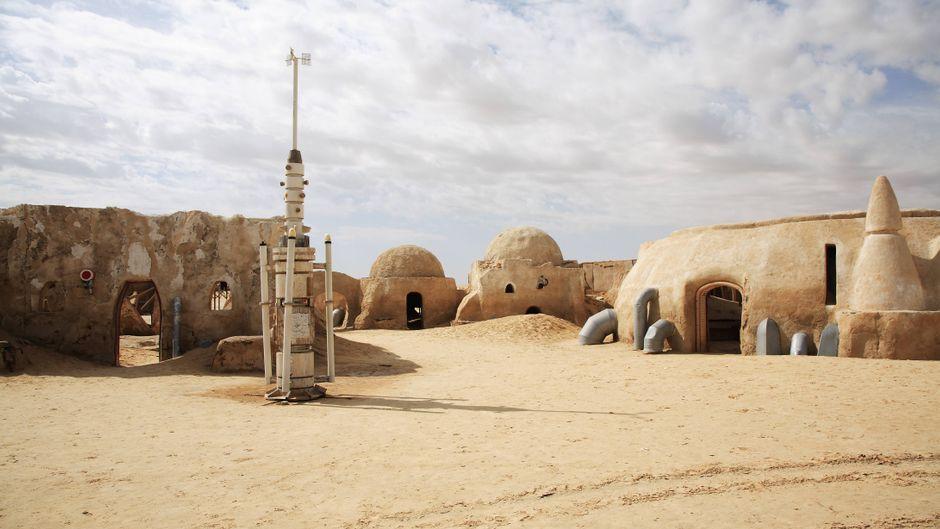 """Eine """"Star Wars""""-Filmkulisse für den Kuppelbau auf dem Wüstenplaneten Tatooine bei Nefta in Tunesien."""