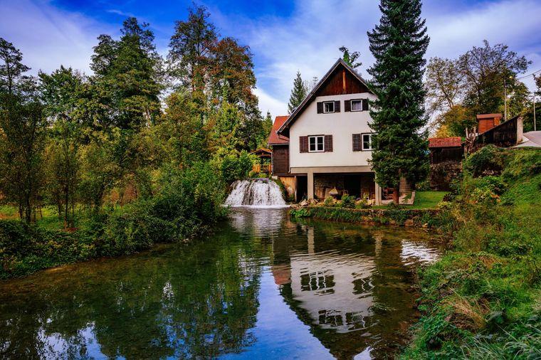 Die Häuser im Bergdorf Rastoke sind nah am Wasserfall gebaut.