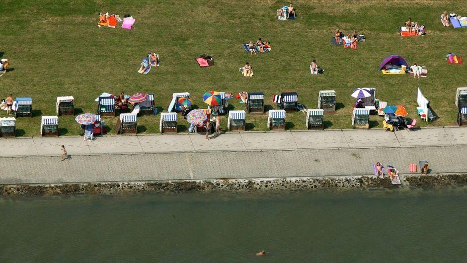 Eine der entspanntesten Aktivitäten in Wilhelmshaven am Jadebusen: Sonne tanken im Strandkorb am Südstrand.