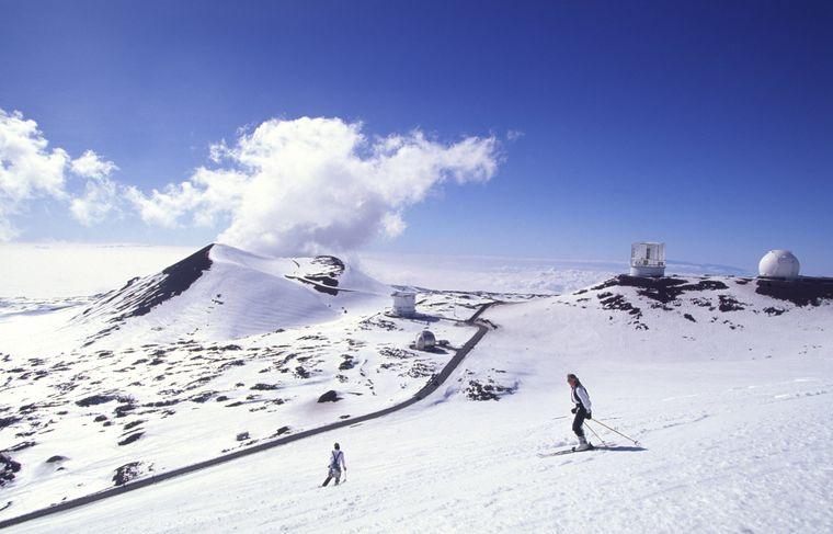 Aloha, Skipiste! Die Inselgruppe Hawaii im Pazifik bietet mehr als nur Surfspaß: Auf dem Mauna Kea können Skiprofis ihr Glück versuchen.