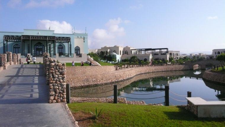 Das Salalah Rotana Resort bietet 400 Zimmer und Suiten, zwei Pools, Tennisplätze, ein Spa und ein Fitnesscenter.
