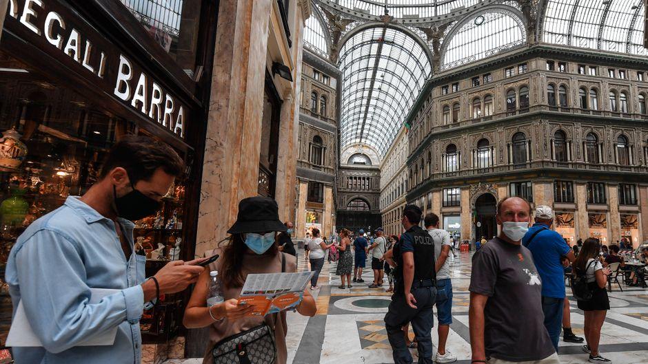 An Orten mit Menschenmassen gilt in Italien von 18 bis 6 Uhr eine Maskenpflicht.