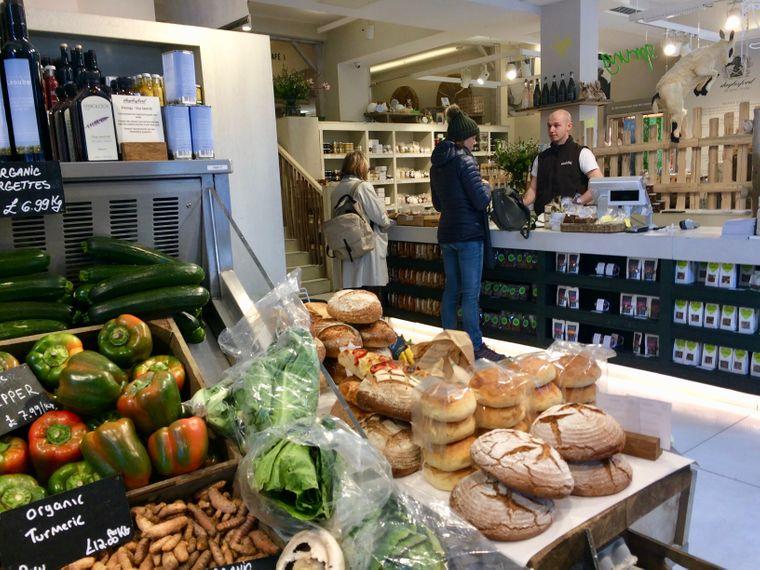Frisches Gemüse und Brot im Bauernladen Daylesford in Notting Hill, London.