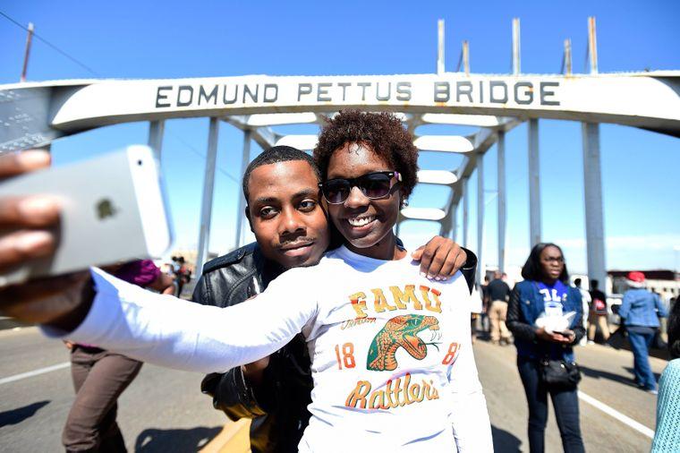 Ronald Nelson und TeAshla machen ein Selfie auf der Edmund Pettus Bridge, Selma, Alabama