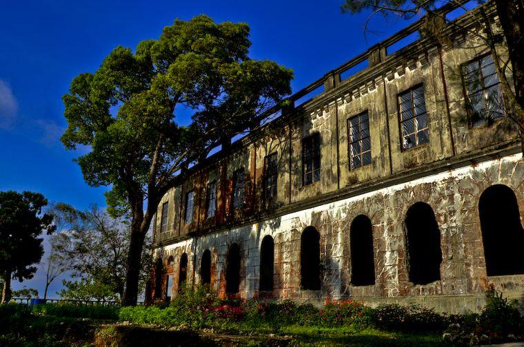 Die Geschichte des Diplomat Hotels auf den Philippinen ist vor allem eins: blutig. Angeblich soll es dort auch gespukt haben. Seit 1987 checkt hier niemand mehr ein.