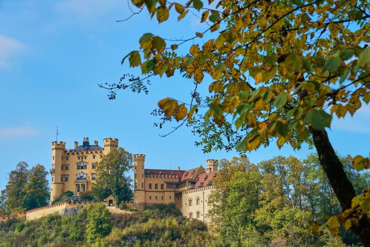Neben dem berühmten Schloss Neuschwanstein ist auch das Schloss Hohenschwangau im Ostallgäu wunderschön und beeindruckend. Auf jeden Fall einen Besuch wert!