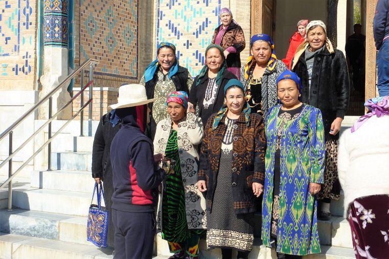 Frauengruppe in traditioneller Tracht am Grab des verstorbenen Präsidenten Islam Karimow.