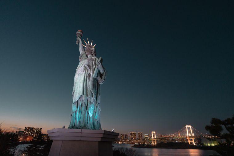 Für ein fantastisches Fotomotiv sorgt auch die Freiheitsstatue von Tokio. Im Hintergrund kann man die Rainbow Bridge sehen und die Skyline von der Hauptstadt.