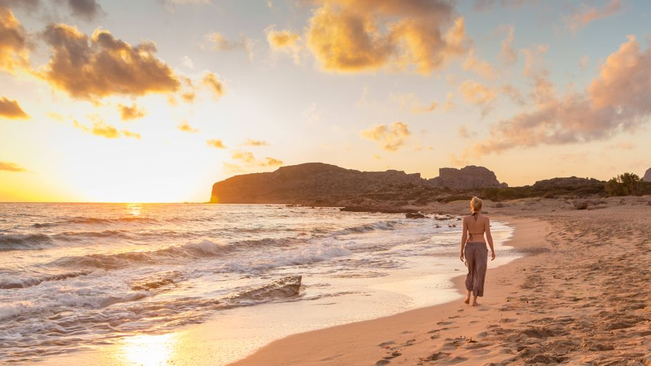 Einfach im Urlaub mit den Zehenspitzen im Sand Richtung Sonnenuntergang spazieren – traumhaft.
