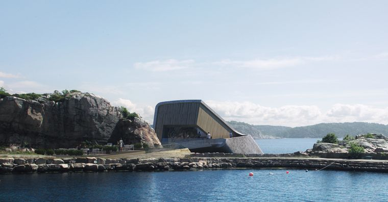 Vom Ufer aus können Besucher bequem ins Restaurant hinab laufen.
