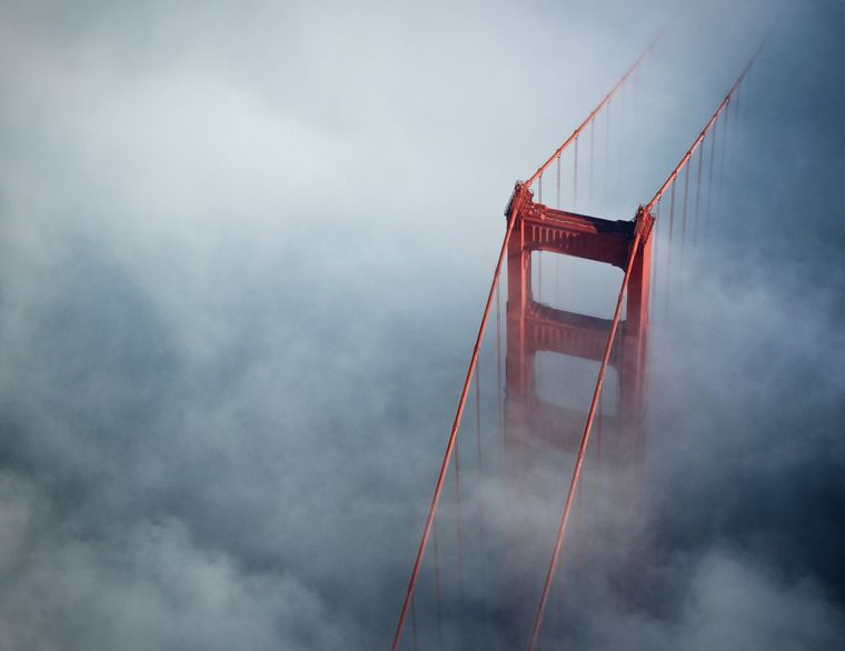 Das rote Wahrzeichen San Franciscos im Nebel.