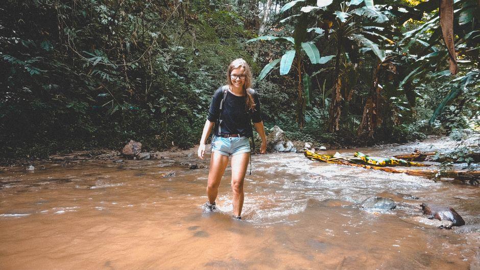 Lena Pres in einem Fluss im Dschungel bei Pai, Thailand